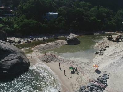 Equipes trabalham na ligação do canal do Recanto de Itaipuaçu com o mar
